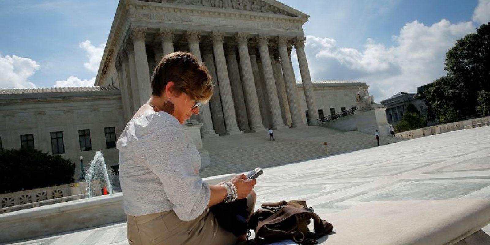 Horas más tarde, el médico encargado del caso le explicó que la razón por la que habían rechazado su celular era porque tenía un impacto de bala. Foto:Getty Images