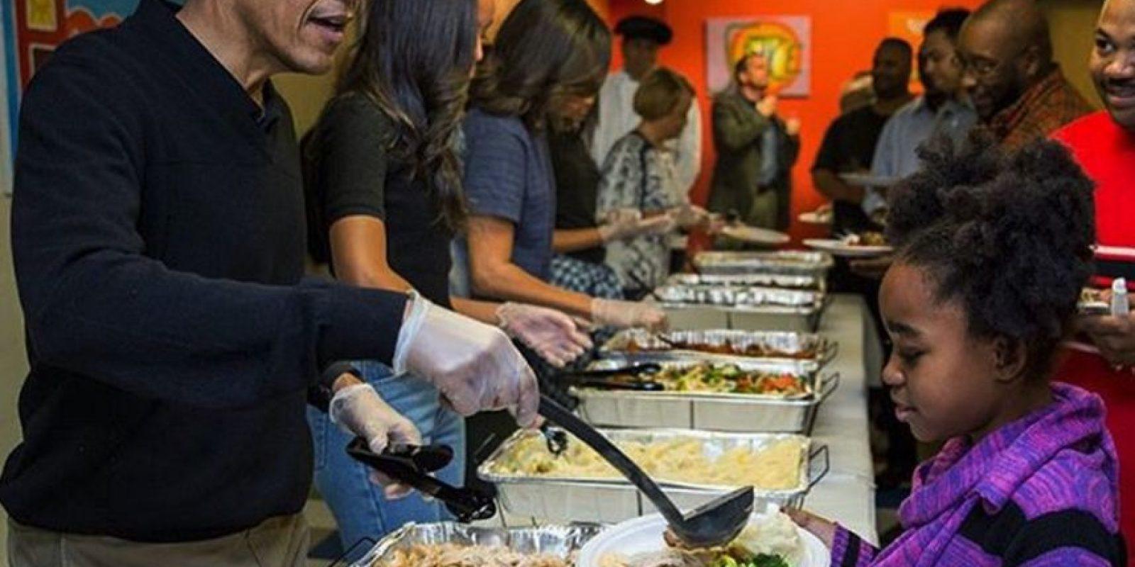 """Feliz Día de Gracias. La familia Obama sirviendo los platos de comida en el proyecto """"Lugar de Amistad"""". Foto:instagram.com/petesouza/"""