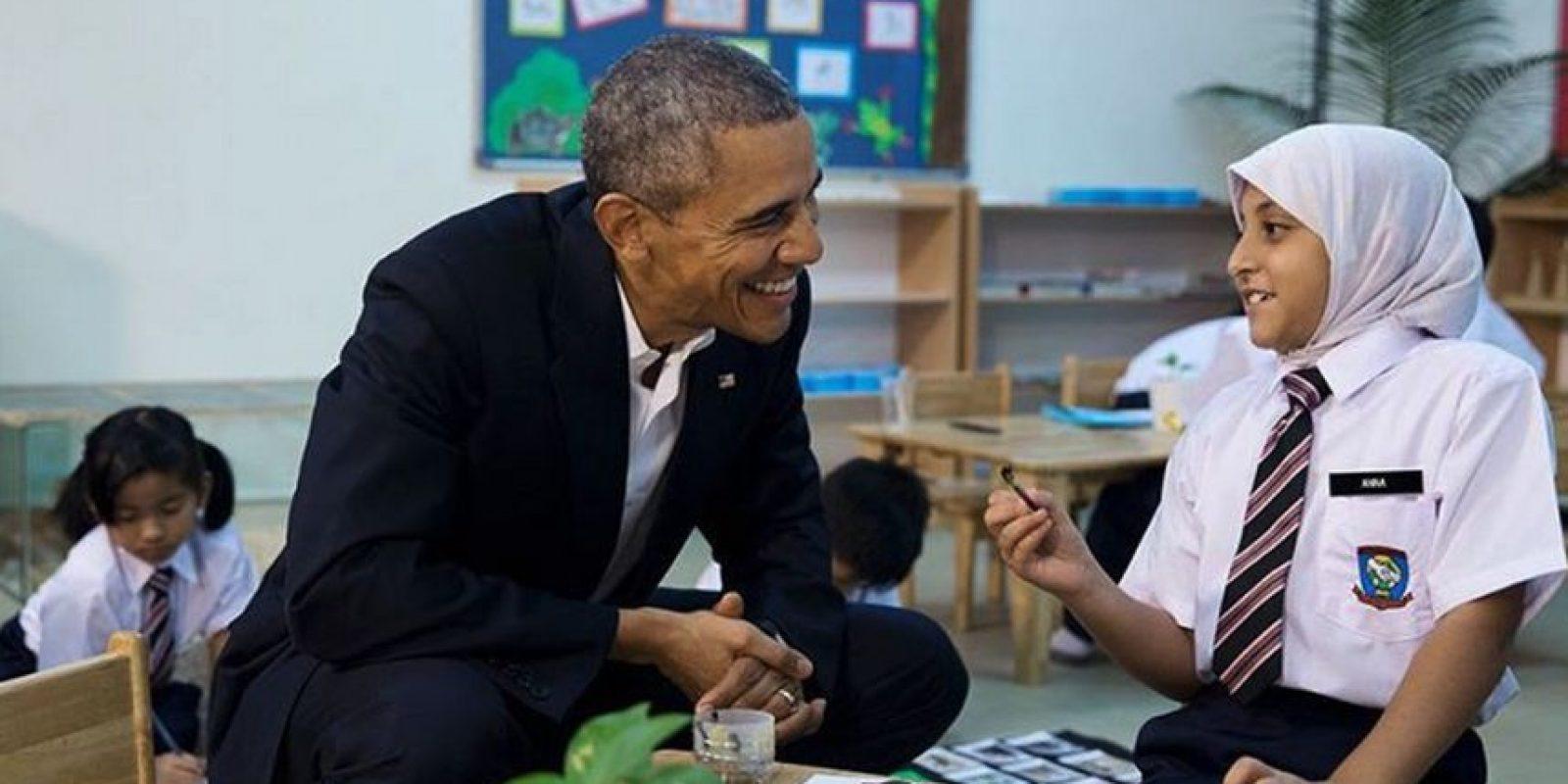 El presidente hablando con una refugiada de la institución Fundación para la Dignidad de la Niñez. Foto:instagram.com/petesouza/