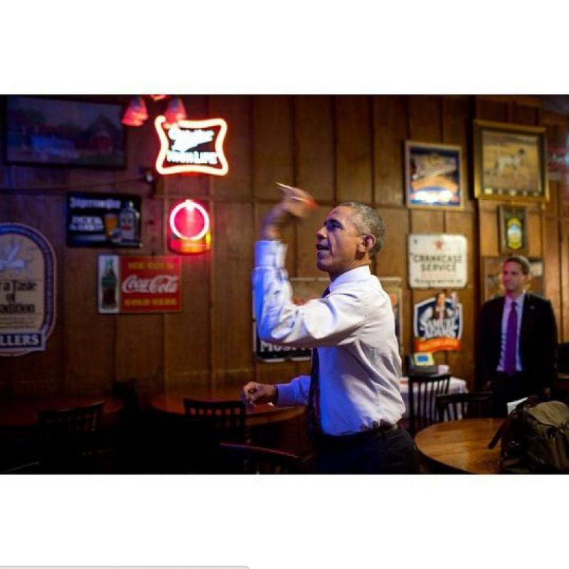 Jugando dardos en un bar. Foto:instagram.com/petesouza/