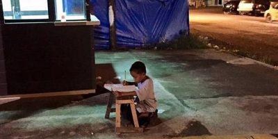 Él es Daniel Cabrera, un niño que hace su tarea con la luz de un McDonald's Foto:facebook.com/joyce.torrefranca?fref=ts