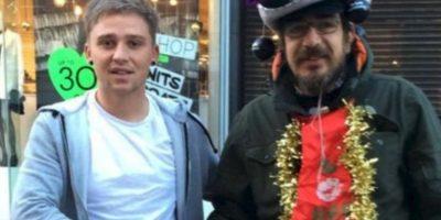Lee Houghton (izquierda) se hizo amigo de este mendigo, al que le daba café y rosquillas todas las mañanas. Foto:Vía Twitter @Lee Houghton