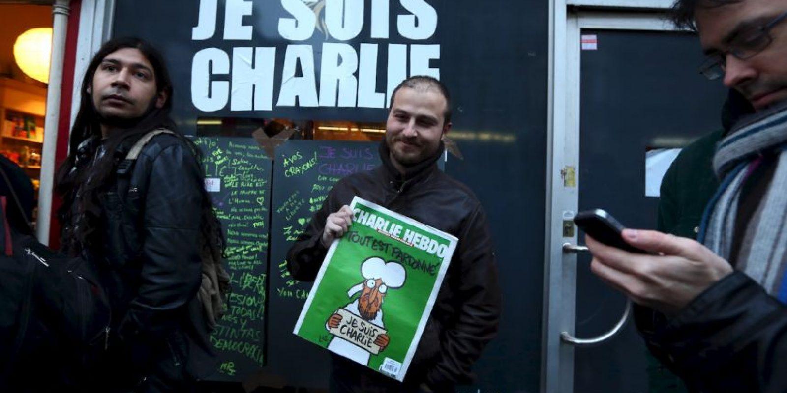 """Esto desató una serie de protestas en Francia y el mundo en pro de la libertad de expresión. A pesar de ello, a la siguiente semana publicaron un número especial con la leyenda """"Les perdonamos"""". Foto:Getty Images"""
