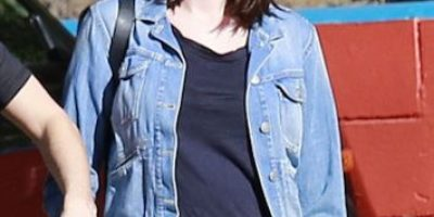 Anne Hathaway presume su pancita de embarazada en bikini