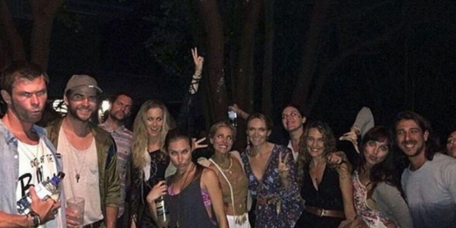 En esta imagen de la familia Hemsworth se puede ver a Chris y Liam en el extremo izquierdo, mientras que Miley apenas y se asoma en el extremo derecho. Foto:Twitter