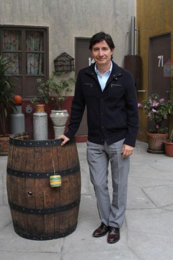 """Roberto Gómez Fernández, hijo de """"Chespirito"""", junto al barril de """"El Chavo"""". Foto:Nicolás Corte"""