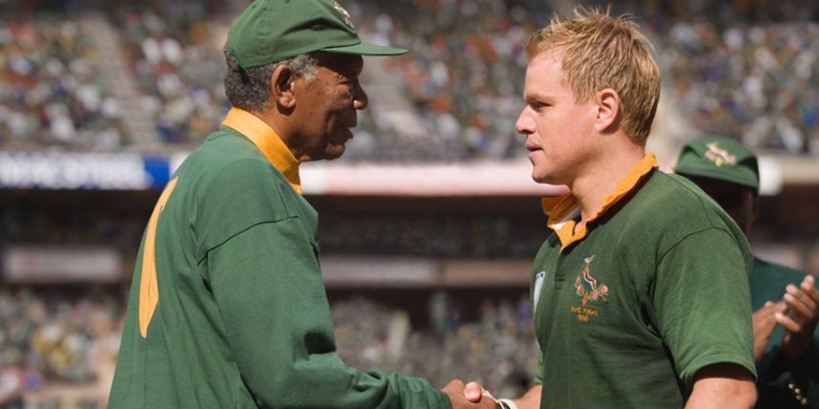 """Tras ser liberado de prisión y ya en el poder, Nelson Mandela (Morgan Freeman) buscó una política de reconciliación entre la clase negra oprimida por el """"apartheid"""" y los blancos, que piensan una posible revancha. El equipo de rugby, en su mayoría blanco, fue un pilar que encontró el exmandatario para unir al país con la ayuda del capitán del equipo François Piennar (Matt Damon). Foto:Warner Bros"""