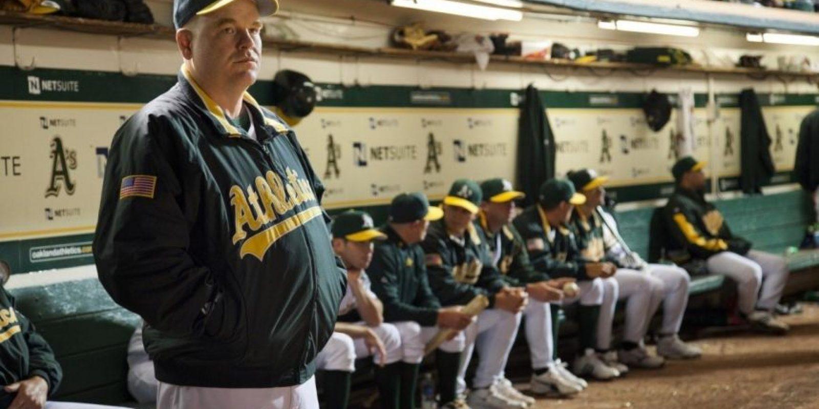 Brad Pitt interpreta a Billy Beane, gerente general de los Atléticos de Oakland, quien mediante estadísticas y con la ayuda del economista Peter Brand, construye un equipo que logra imponer un récord en las Grandes Ligas. Foto:Columbia Pictures