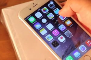 3) Supuestamente tiene el sistema operativo iOS 8.2. Foto:ManDel Tech / YouTube
