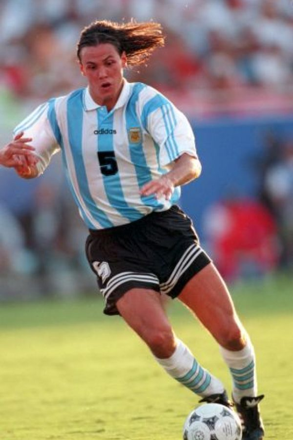 """""""El Príncipe"""" brilló en el fútbol de Europa, donde se convirtió en estrella del Real Madrid, además de ser el capitán merengue, del AC Milán y de la Selección de Argentina, con quienes ganó la Copa FIFA Confederaciones 1992 y la Copa América 1993. Foto:Getty Images"""