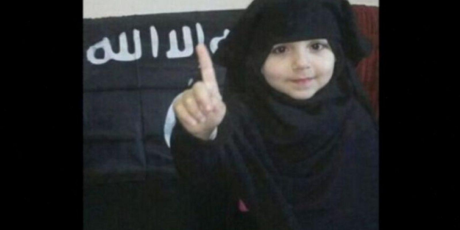 A través de redes sociales, ISIS ha difundido imágenes de bebés y niños vestidos como yihadistas o sus militantes. Foto:Twitter.com – Archivo