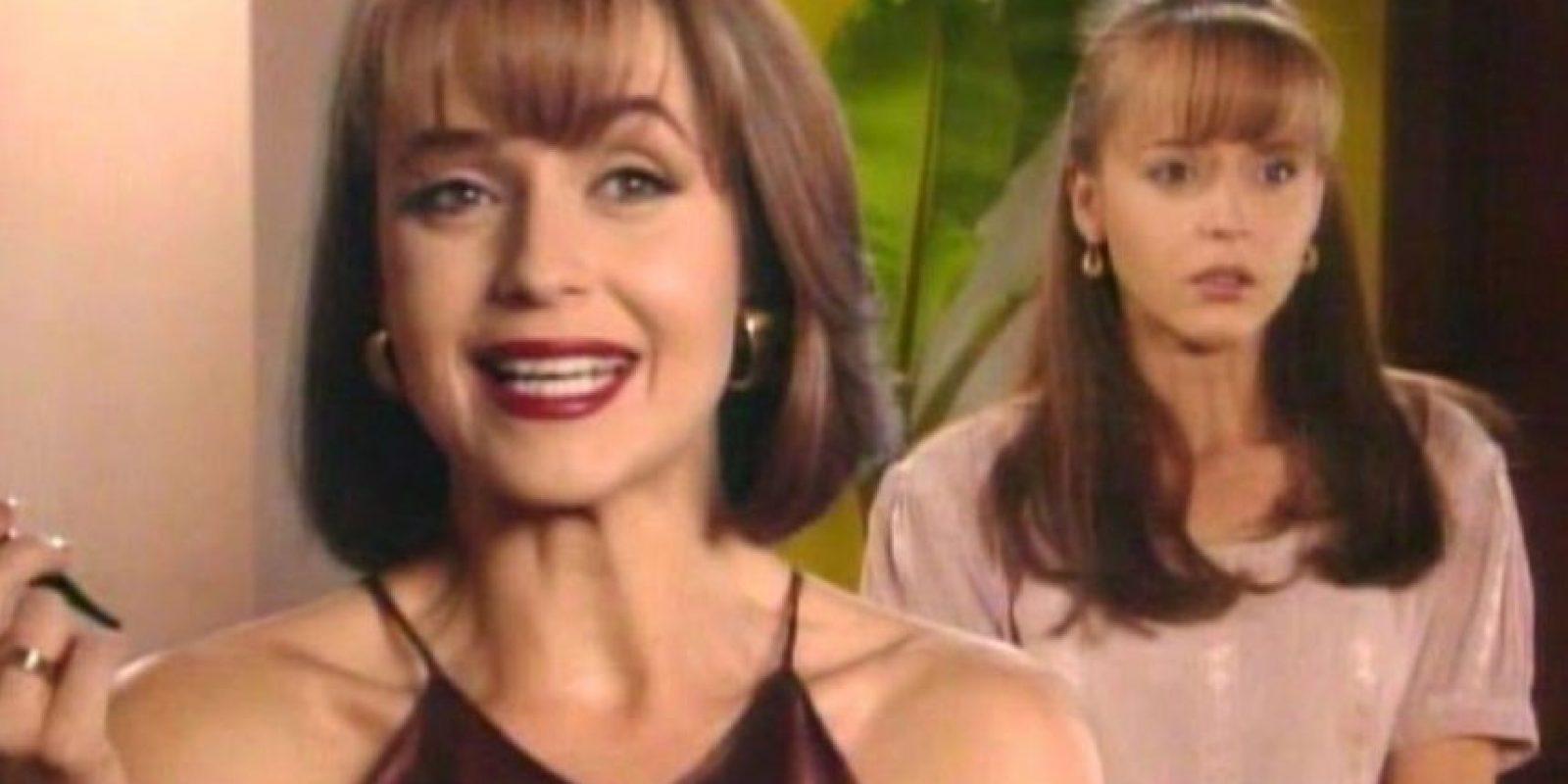 Sobre todo por lo absurda, pues una gemela malvada hace que su gemela bondadosa cambie lugar con ella para poder irse de juerga. Foto:vía Televisa
