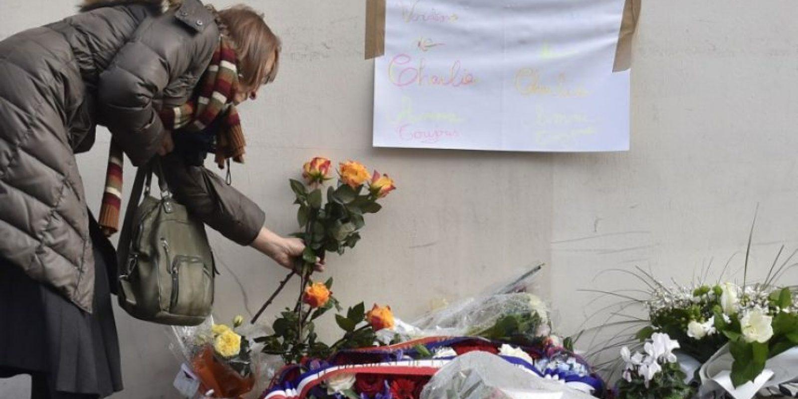 Depositaron arreglos florales en los sitios donde perdieron la vida Foto:AFP