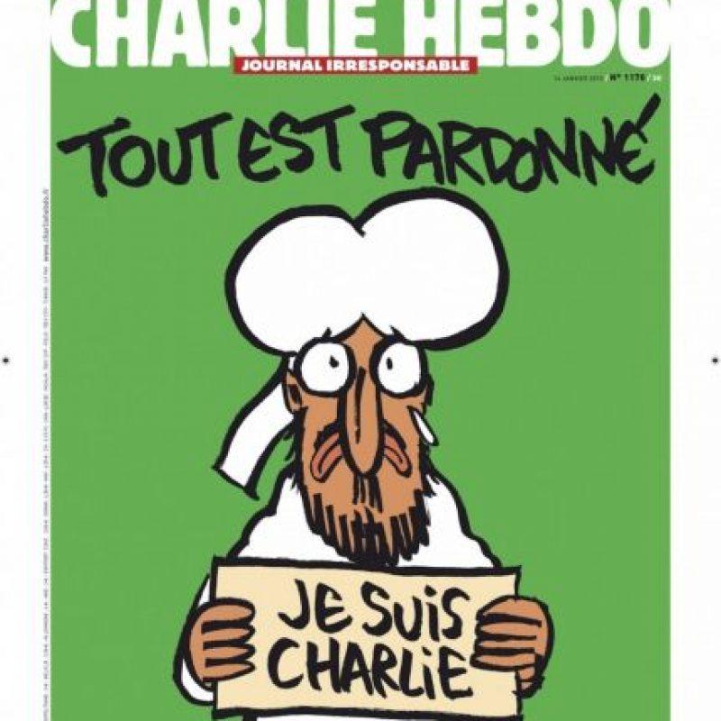 """Esta portada se publicó el 14 de enero de 2015, una semana después del ataque, en el que 12 personas perdieron la vida. El lema """"Je Suis Charlie"""" creado por el director de arte de la revista Joachim Roncin fue adoptada por los partidarios a la libertad de expresión y se utiliza como resistencia a las amenazas armadas. Foto:Charlie Hebdo"""