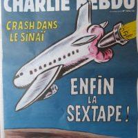 """En noviembre 2015 Hebdo enfureció a los rusos al presentar el accidente de avión ruso A321, que ocurrió sobre la península del Sinaí el 31 de octubre. La firma a la caricatura decía: """"Accidente sobre el Sinaí. Por fin – ¡que porno!"""" Esta imagen provocó una ola de indignación por parte de autoridades rusas. Foto:Charlie Hebdo"""