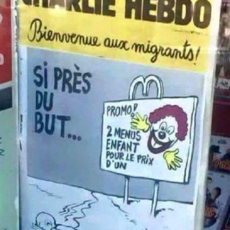 """La revista satírica causó controversia una vez más en septiembre de 2015, con una serie de dibujos animados sobre la crisis migratoria de Europa. Una de las portadas retrataba al niño sirio ahogado Alan Kurdi boca abajo en la arena, cerca de una bandera con una figura al estilo de Ronald McDonald- diciendo: """"Tan cerca de lograrlo…"""". Foto:Charlie Hebdo"""