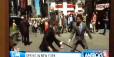 Un par de reporteros acabaron peleando por ganar una noticia en Nueva York. Foto:vía Toutube.com