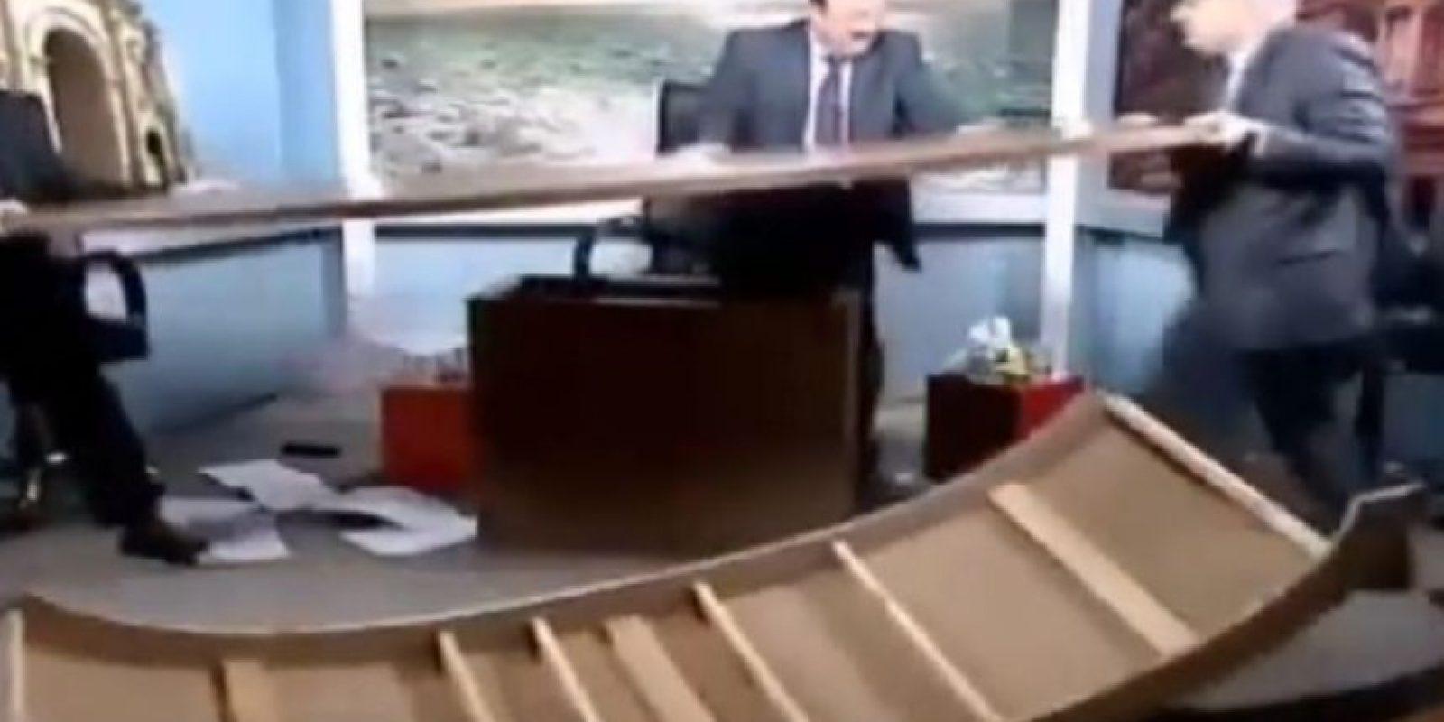 En mayo de 2014, periodistas destruyeron un set de televisión. El pleito se llevó a cabo durante un debate sobre la libertad de prensa en la cadena televisiva Al-Arabiya. Foto:vía Toutube.com