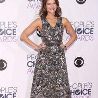 """Betsy Brandt parece salida de """"Desperate Housewives"""", pero por lo menos no hizo de su vestido algo que llevaría una estrella mal vestida en los Grammy. Foto:vía Getty Images"""