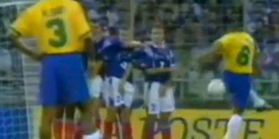 """5. Roberto Carlos le marca el """"gol imposible"""" a Francia, previo al Mundial de 1998 Foto:Twitter"""