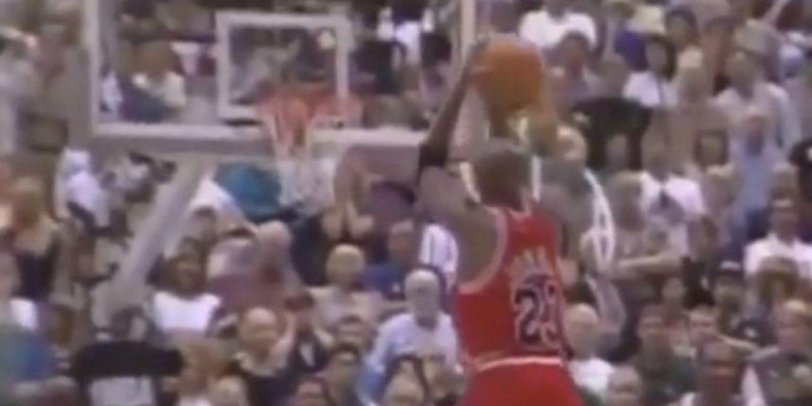 """6. """"The last shot"""" de Jordan ante Utah le dio su sexto anillo de campeón, en 1998 Foto:Twitter"""