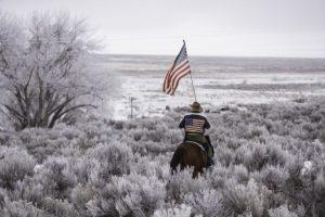 Como forma de protesta, rancheros estadounidenses se mantienen atrincherados en una propiedad federal. Exigen la liberación de dos de sus compañeros quienes ya habían pagado su condena en prisión. Foto:AFP