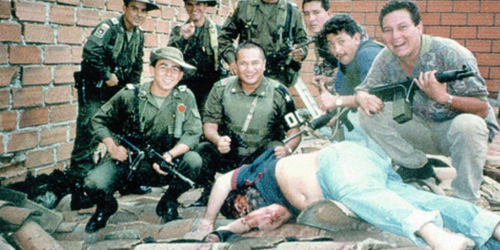 Militares posan junto al cuerpo de Pablo Escobar. Foto:Flickr