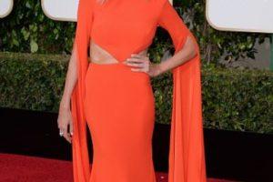 Giuliana Rancic parece ultrabronceada con un vestido que tampoco le queda muy bien por el corte. Nótese el labial naranja, que la hace ver más rechinante. Foto:vía Getty Images