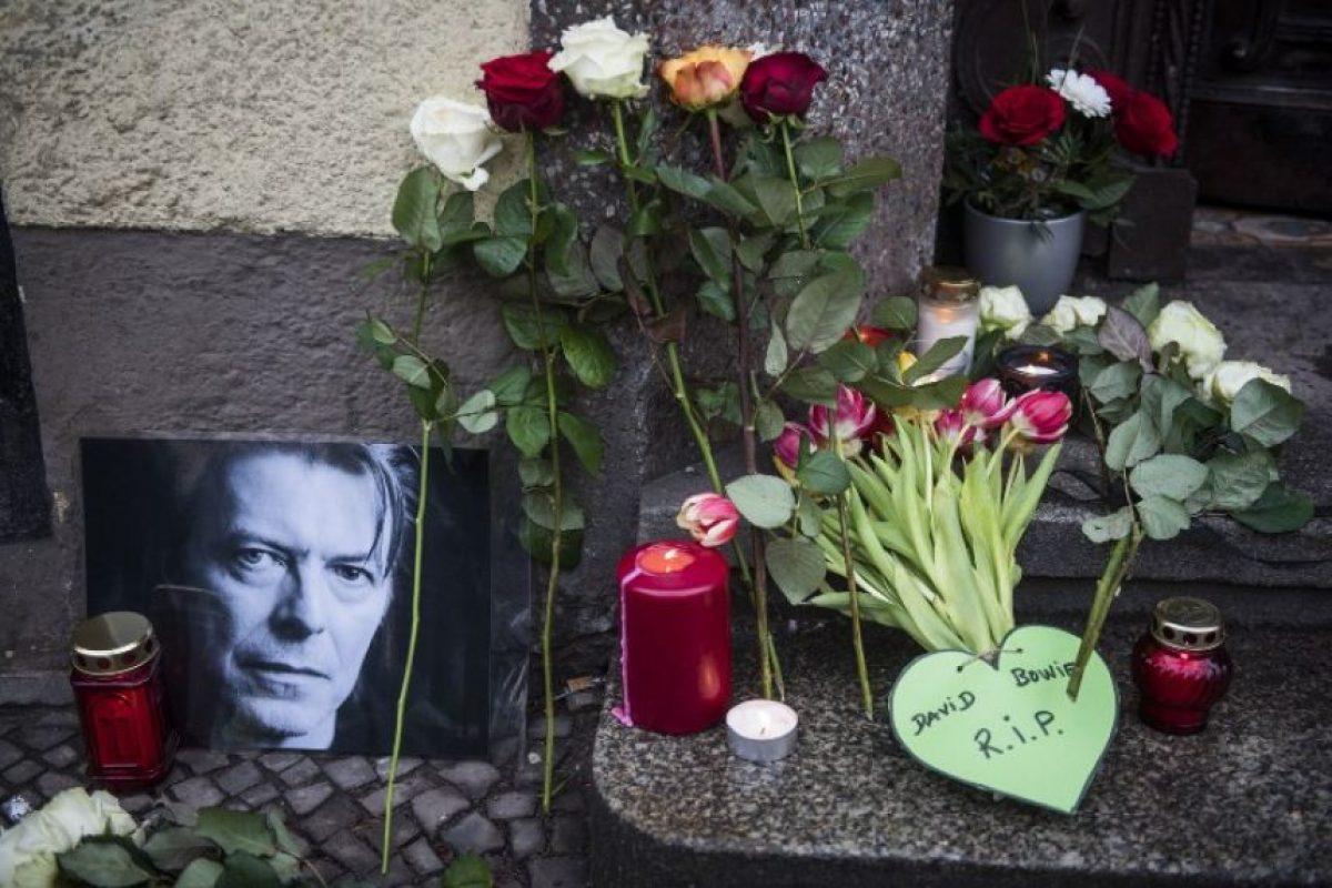 En Berlín sus seguidores colocan flores fuera de donde un tiempo vivió el cantante Foto:AFP
