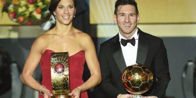 Al lado de Carli Lloyd, ganadora como la ganadora del Balón de Oro femenino Foto:Getty Images