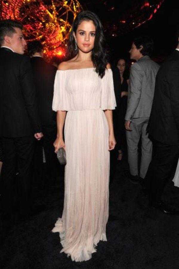 La joven lució un vestido blanco con detalles dorados. Foto:Getty Images