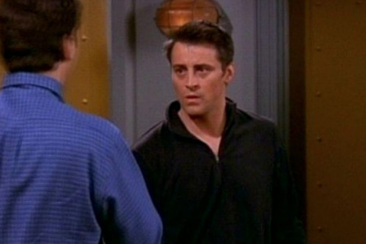 Y cuando le abren la puerta, su camisa es negra. Foto:Vía YouTube / Warner Bros