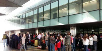 Trabajadores de Aeronáutica Civil paralizan labores y bloquean ingreso a La Aurora