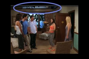 Pero un movimiento de la cámara muestra las lámparas del set Foto:Vía YouTube / Warner Bros