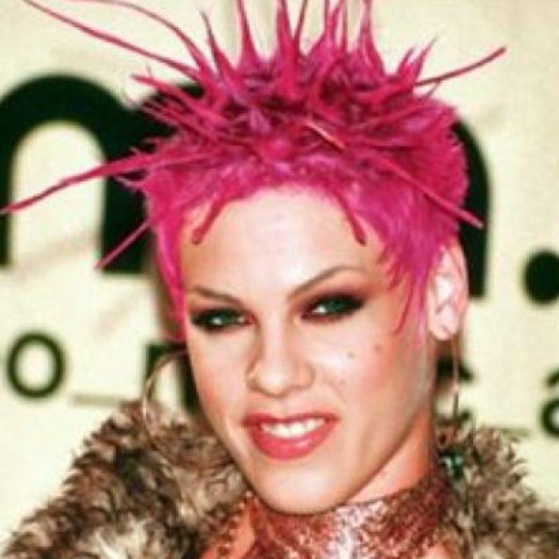 Pink con una alimaña rosa en la cabeza. Foto:vía Getty Images