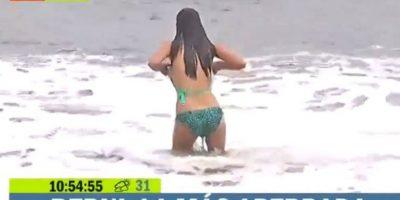 La parte superior del bikini de Bernardita Middleton cayó después de lanzarse al mar, durante su transmisión. Foto:Vía TVN