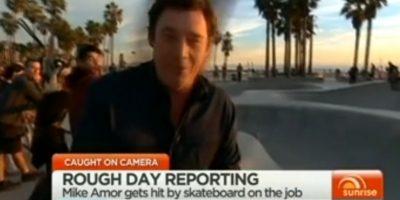 Reportero autraliano recibe fuerte golpe en la cabeza con una patineta. Foto:Vía Sunrise