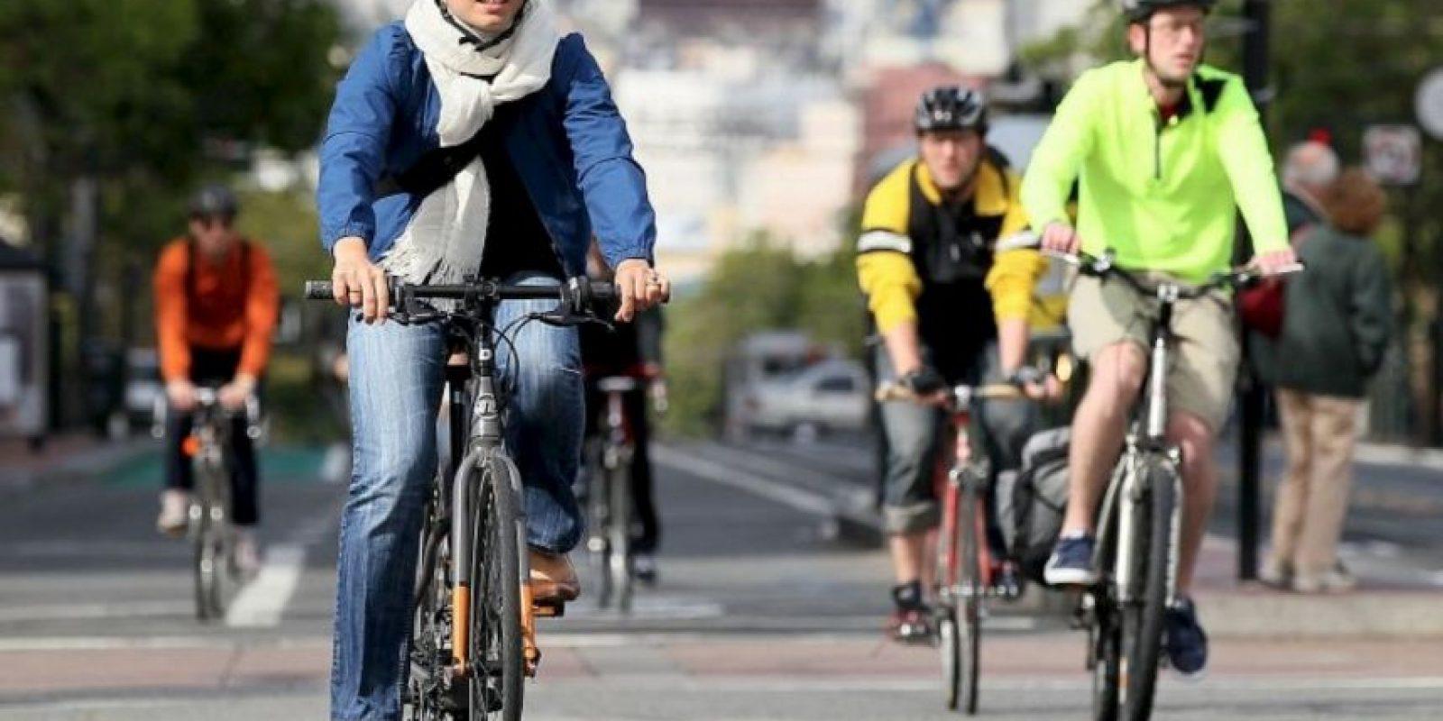 2. De noche deben utilizar luces y reflectantes tanto en la bicicleta como en su ropa. De día lleven ropa de colores llamativos que no se pueda confundir con el paisaje. Foto:Getty Images