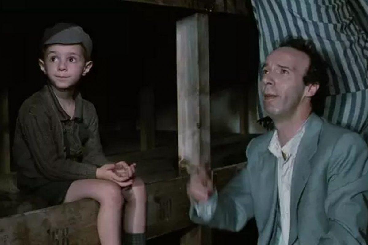 """""""La vida es Bella"""". La historia está parcialmente basada en la experiencia real del padre de Benigni, que logró sobrevivir a tres años de internamiento en Bergen-Belsen. ganó tres Óscar: mejor banda sonora, mejor actor y mejor película extranjera en la ceremonia de 1998. Foto:Miramax"""