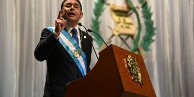 ¡No lo pudo evitar! Jimmy Morales vuelve a citar un cuento, la jura a la bandera y el himno en su discurso