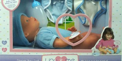 """El muñeco comercializado por la compañía """"Toys R Us"""" causó controversia debido a que su diseño era anatómicamente correcto, pues contaba con genitales. Foto:Vía toysrus.com"""