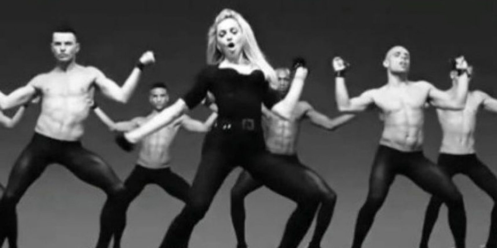 "4. En su video ""Girls Gone Wild"" se rodeó de hombres bailando en leggins y tacones de aguja. Foto: YouTube/Madonna"