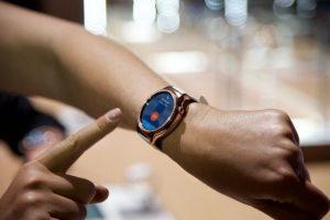 Los cristales que rodean el reloj hacen de este wearable uno de los más cotizados Foto:LUIS CARLOS NÁJERA
