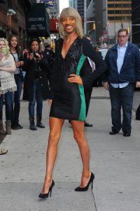 Con estas ediciones se burlaron del fan de Taylor Swift que no podía dejar de mirar sus piernas Foto:Imgur / Reddit