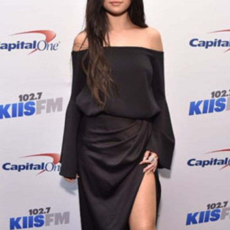 ¿Quién le dijo a Selena Gomez que eso funcionaba unido? Le crea un cuerpo inexistente. Foto:vía Getty Images