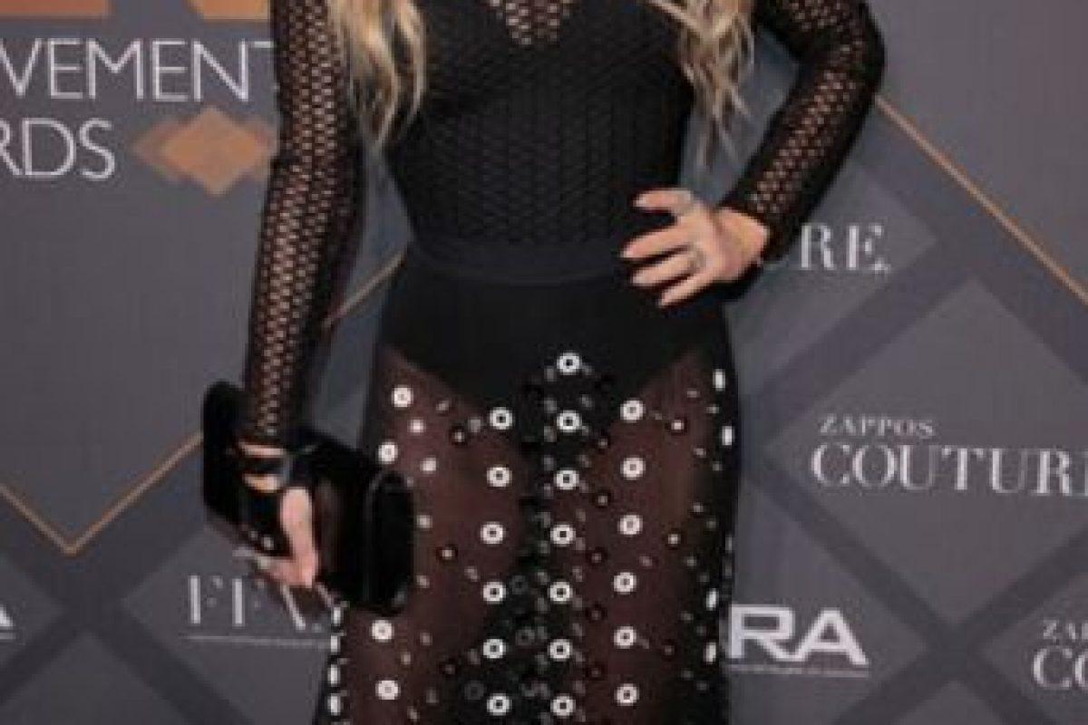 En el caso de Fergie, se quita todo eso para dejar lo esencial y enfundar el cuerpo en un vestido sin gracia. Foto:vía Getty Images