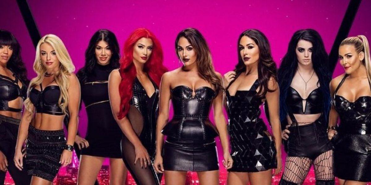 Diva de WWE sufre grave falla de vestuario en plena lucha y enseña de más