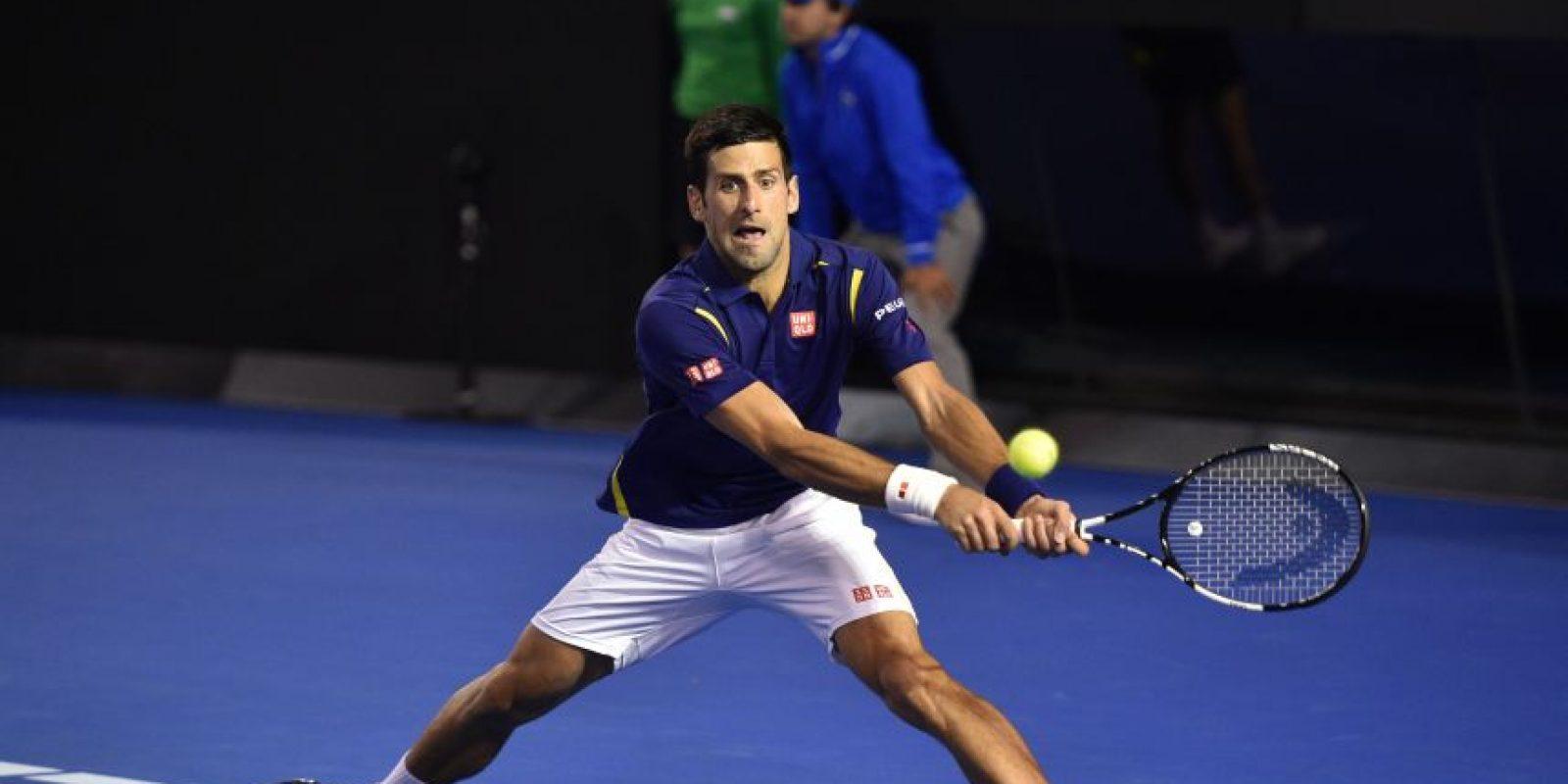Djokovic devuelve un servicio. Foto:AFP