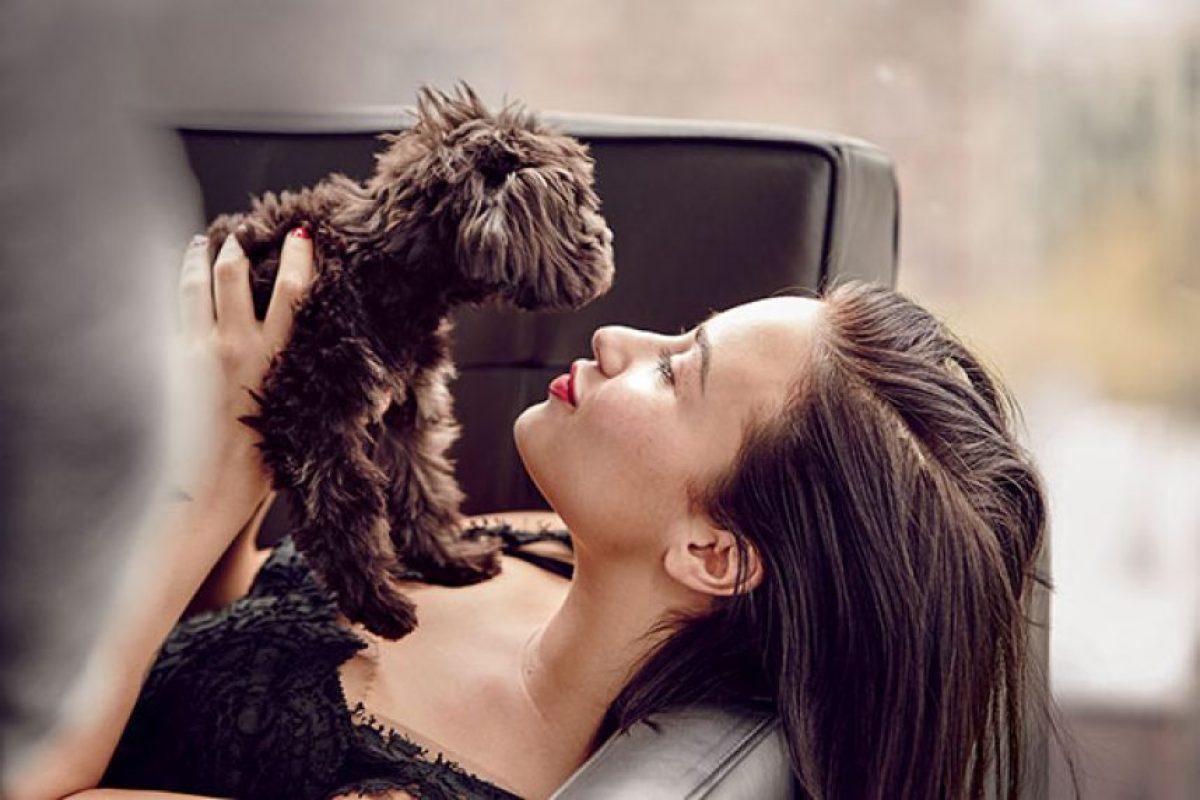 """Demi junto a su perro """"Batman"""" Foto:allure.com"""