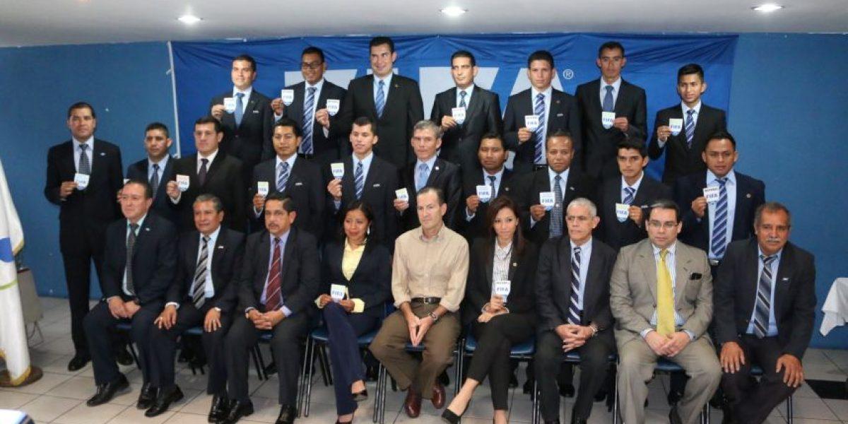 Esta árbitro guatemalteca recibió su gafete FIFA por primera vez